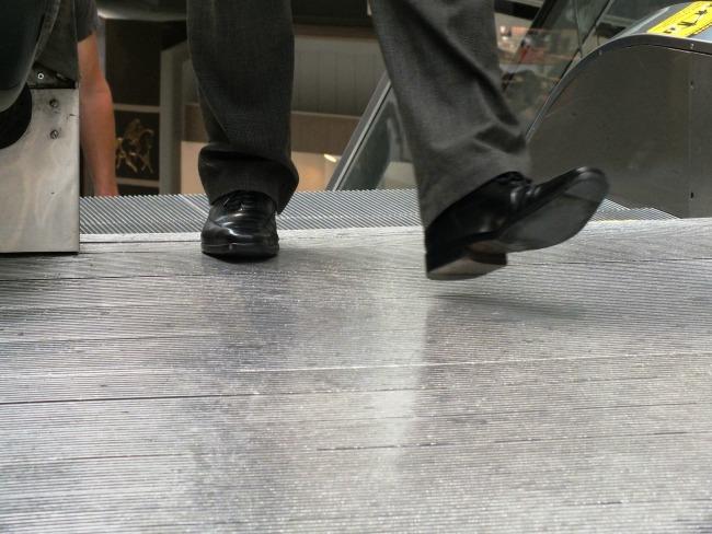 business man shoes on escalator Da li smo kučke što vas procenjujemo po obući?
