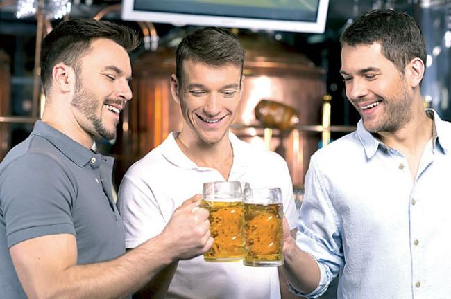 muskarci piju1 Muški smeh je zarazan kada su ucirkani