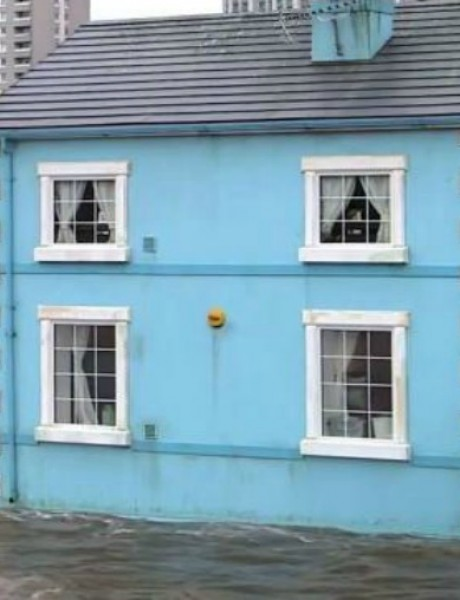 VIDEO: Temzom plovi pastelnoplava kuća