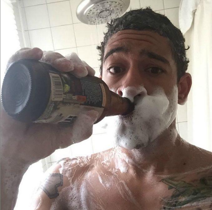 pivo 2 Novi Instagram trend je ispijanje piva tokom tuširanja