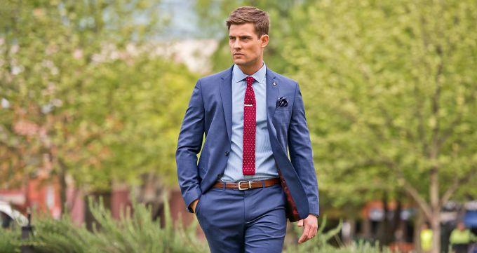plava kosulja i bordo kravata Modni vodič: Kako izabrati IDEALNU kravatu