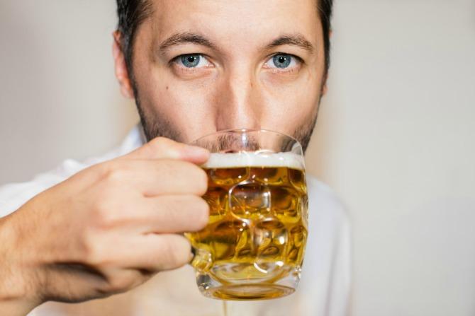 muskarac pije pivo Pivopije imaju bolju erekciju