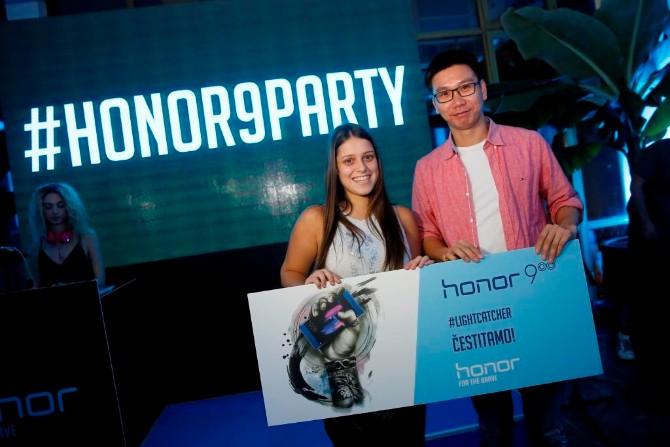 Jacky ZhaoHuawei Device Direktor za region Balkana sa dobitnicom Honor 9 telefona Honor 9 – Uzbudljiva igra tehnologije i svetlosti