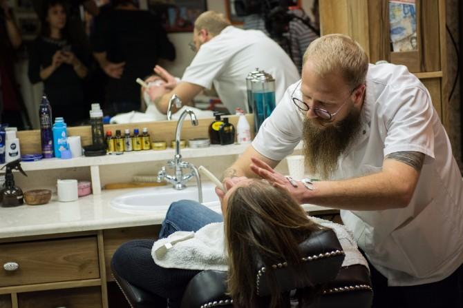 SRB4929 resize Stand by your Man: Javno brijanje u znak najhumanijeg čina