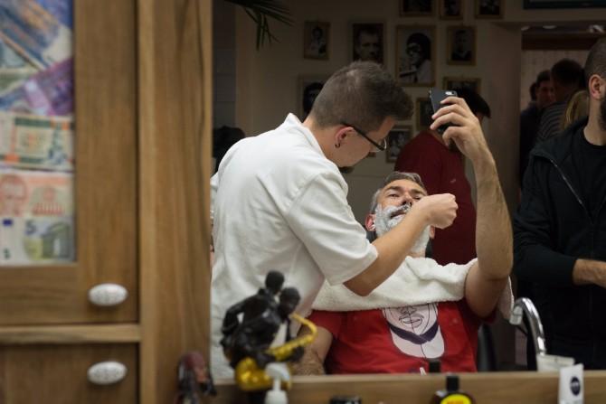 SRB5166 resize Stand by your Man: Javno brijanje u znak najhumanijeg čina