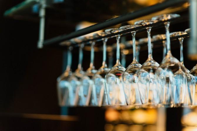 chuttersnap 461235 Prava čaša za vino na prazničnoj trpezi