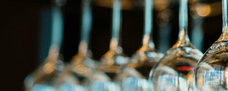 Prava čaša za vino na prazničnoj trpezi