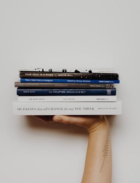Gomila knjiga koje svaki muškarac treba da pročita